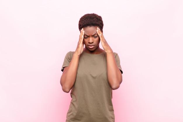 Verse estresado y frustrado, trabajar bajo presión con dolor de cabeza y problemas