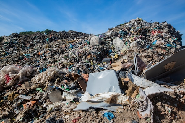 Vertedero de residuos domésticos, desastre ecológico, concepto de ecología