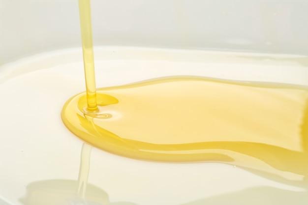 Verter el aceite de oliva, acercamiento