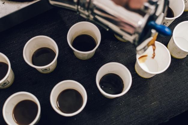 Verter el café de la olla moka