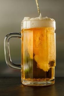 Verter cerveza fresca en un vaso