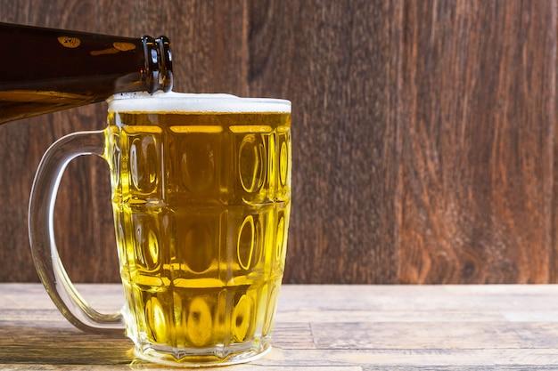 Verter la cerveza en un vaso de cerveza.