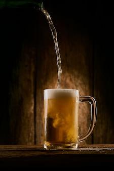 Verter cerveza en el vaso