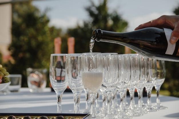 Verter champán en el banquete
