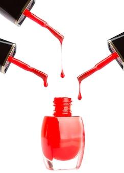 Verter esmalte de uñas rojo