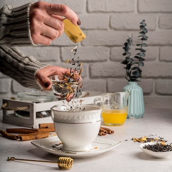 Verter hierbas de té