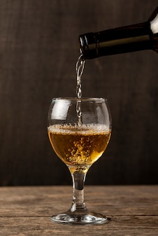 Verter vino blanco en vaso