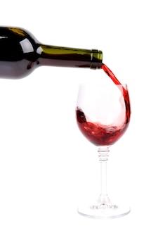 Verter el vino tinto en copa de vino