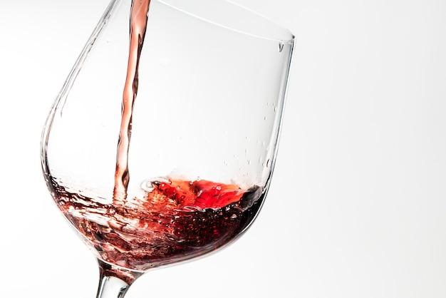 Verter el vino tinto en una copa de vino