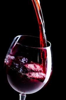 Verter vino tinto en el vaso