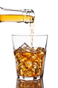 Verter whisky en vaso