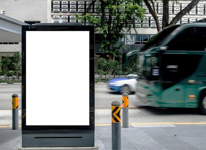 Vertical cartelera en blanco en la parada de autobús al aire libre anuncian en la calle mock up.