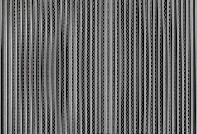 Vertical de la rejilla metálica para presentación, fondo o textura.