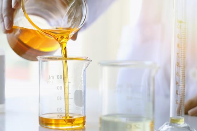 Vertido de aceite, equipo y experimentos científicos, formulación de la sustancia química para la medicina.
