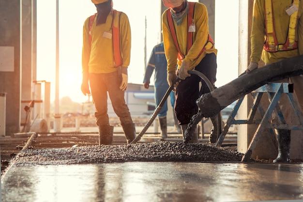 Vertido de concreto durante el hormigonado comercial pisos de construcción