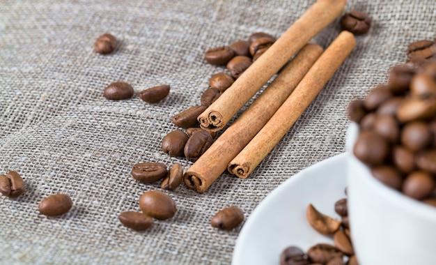Vertido en una taza blanca tostados granos de café muy sabrosos