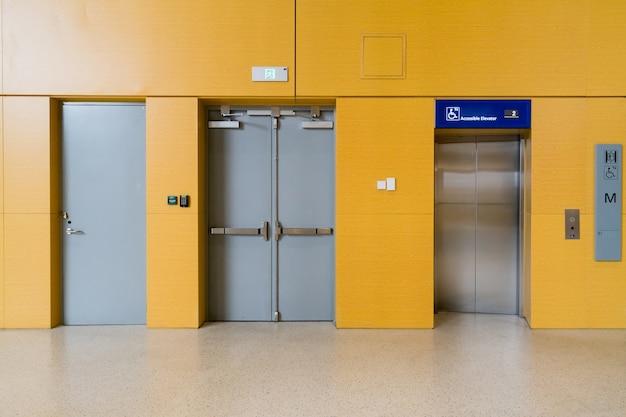 El vestíbulo del ascensor está en la sala de espera del aeropuerto.