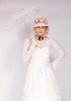 Vestida de estilo de moda del siglo xix, dama de la alta sociedad renacentista corsé y falda larga sosteniendo sombrilla feliz y sonriente