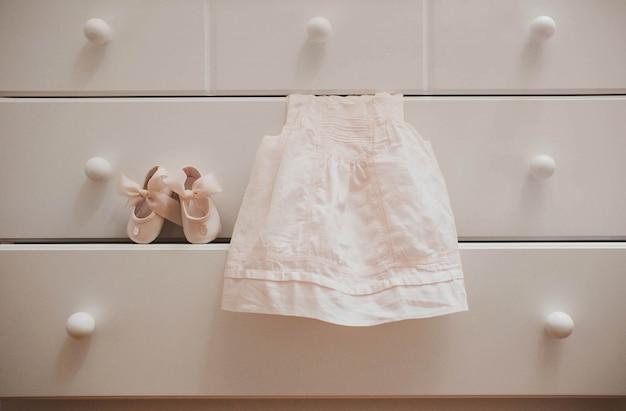 Vestido de blanco para una niña pequeña