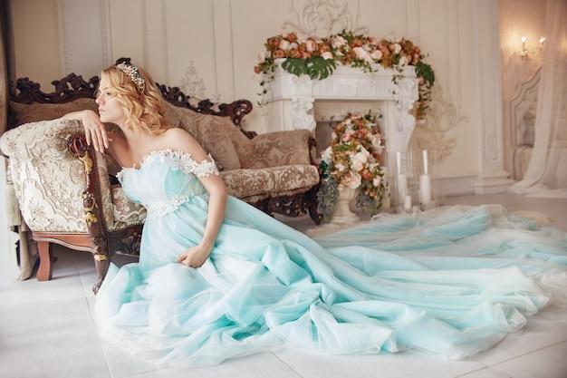 Vestido de boda de mujer rubia embarazada de moda de lujo