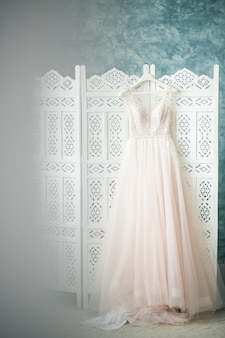 Vestido de la novia colgando en la habitación