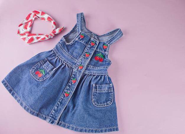 Vestido denim bebé con bayas y diadema de accesorios.