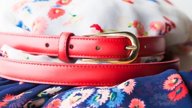 Vestido de flores con cinturón rojo.