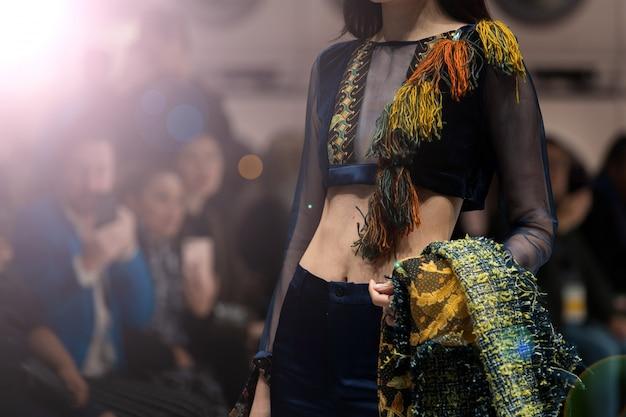Vestido de moda modelo caminar de vuelta oscuro moda de pasarela