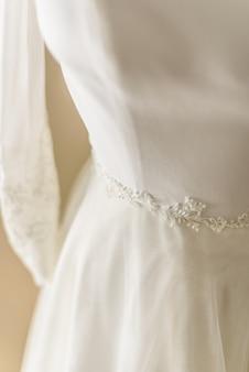 Vestido de novia colocado en un maniquí listo para vestir a la novia.