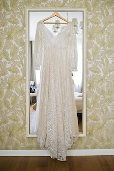 Vestido de novia en la habitación del hotel.