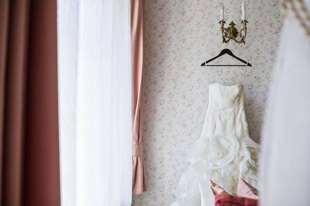 Vestido de novia en una percha en el elegante interior del hotel.