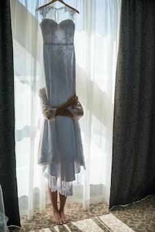 Vestido de novia en la sala blanca