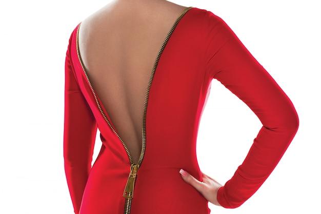 Vestido rojo con cierre en la espalda.