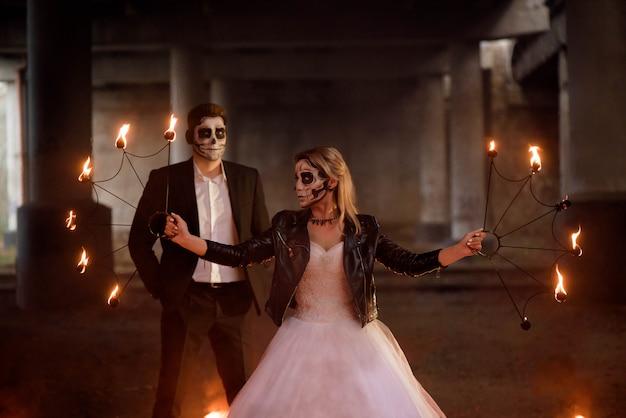 Vestido con ropa de boda romántica pareja zombie.