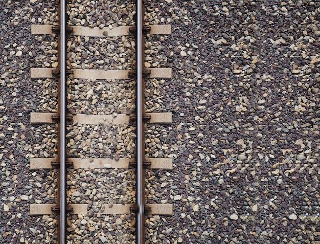 Vía férrea en estación de trenes.