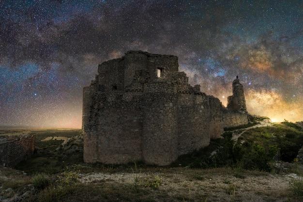 Vía láctea en un antiguo castillo de cuenca, españa
