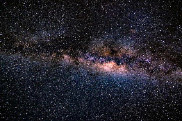 La vía láctea austral, con detalles de su núcleo colorido, extraordinariamente brillante. capturado del hemisferio sur.