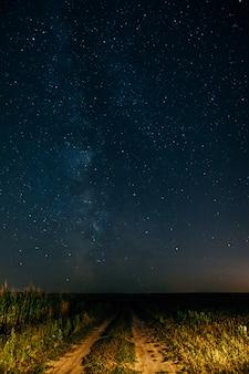 La vía láctea en el cielo estrellado.