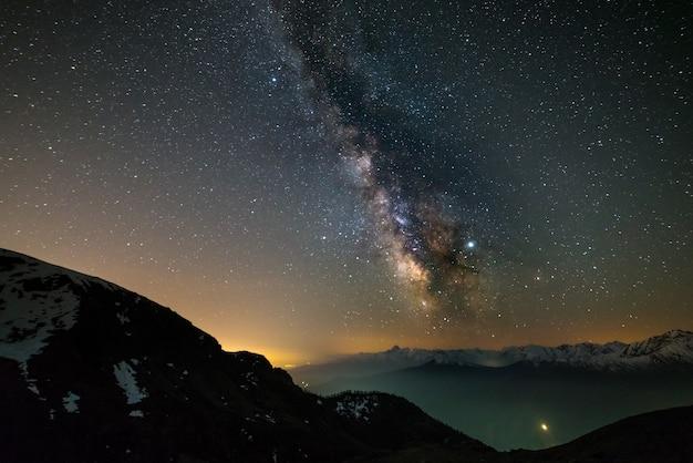 Vía láctea, estrellas de galaxias sobre los alpes.