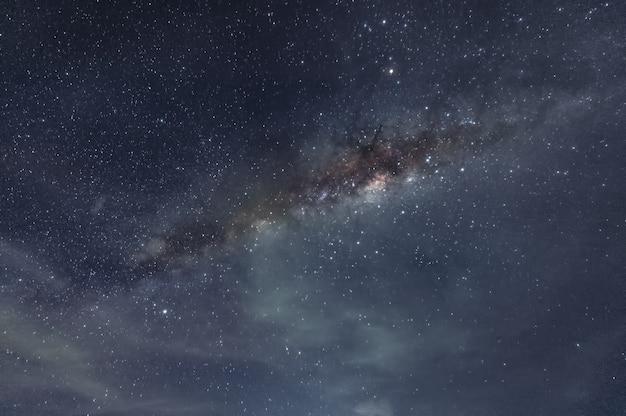 Vía láctea galaxia con estrellas y polvo espacial en el cosmos.