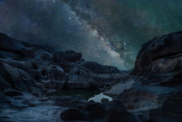 Vía láctea galaxia con estrellas y polvo espacial en el universo
