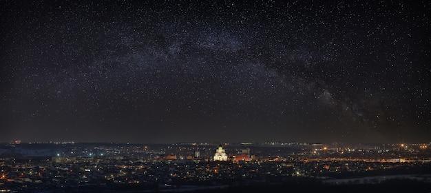 Vía láctea sobre la ciudad estrellas brillantes en el cielo nocturno