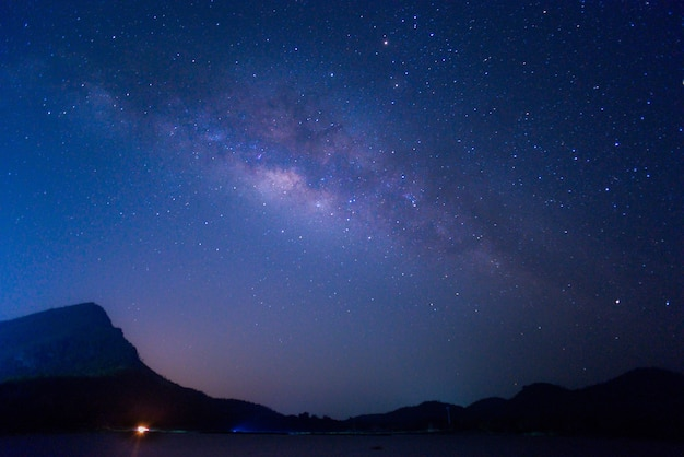 Vía láctea y cielo estrellado