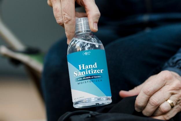 Viaja con desinfectante de manos viajando en la nueva normalidad