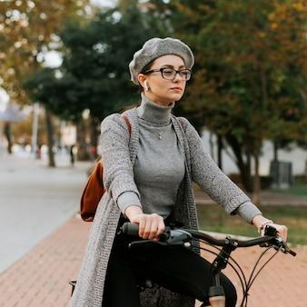 Viaja por la vida de la ciudad con bicicleta de tiro medio.