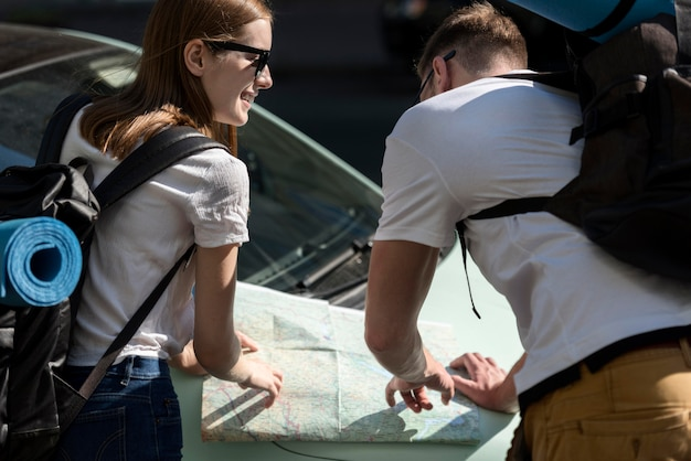 Viajando pareja mirando el mapa en coche