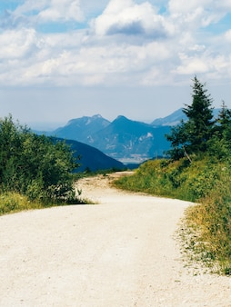 Viajando a pie por el campo y las cimas de las montañas alpes