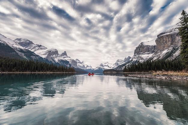 Viajando a través del lago con nubes altocúmulos