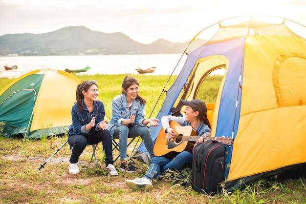 Viajar y acampar en el parque natural. actividad recreativa y de viaje al aire libre. carpa turística en el bosque.