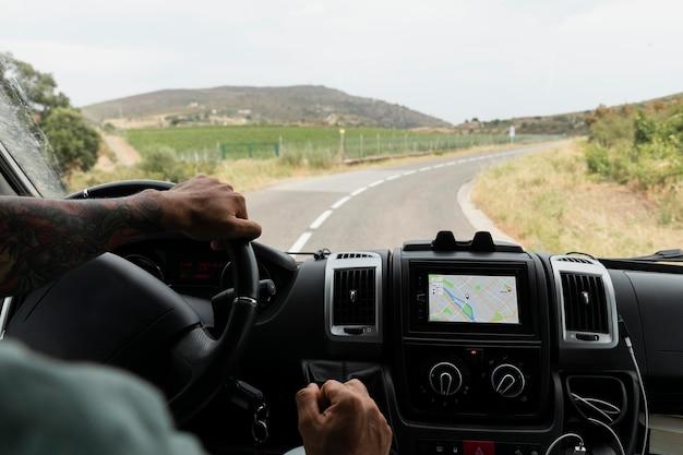 Viajar en coche por el campo